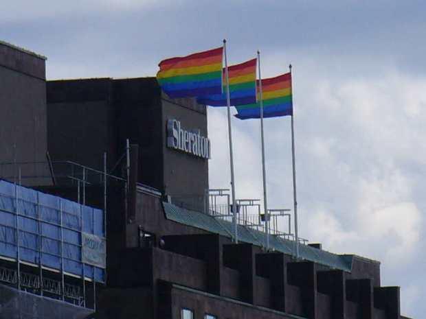 Hotelul Sheraton. Cu același steaguri care au stat acolo o săptămînă.